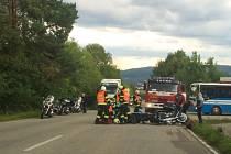 V Rájci se v pondělí odpoledne srazili dva motorkáři. Oba se těžce zranili.