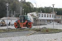 Dělníci v těchto dnech dokončují stavbu parkoviště před blanenským vlakovým nádražím. To se chystá vedení města slavnostně otevřít příští středu.