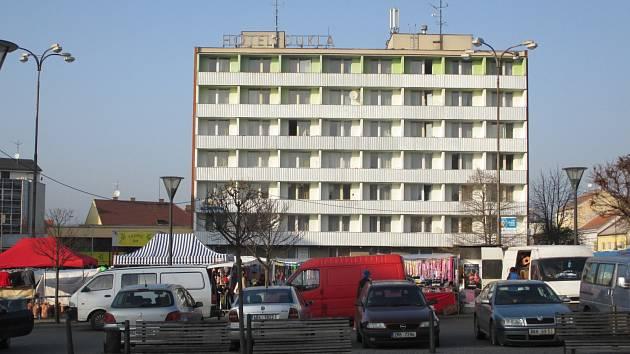 Podobný snímek už bude příští rok na podzim minulostí. Zchátralý hotel Dukla v centru Blanska totiž půjde k zemi. Jeho demolice je naplánovaná mezi dubnem až srpnem. Volné prostranství poté město nabídne investorům.