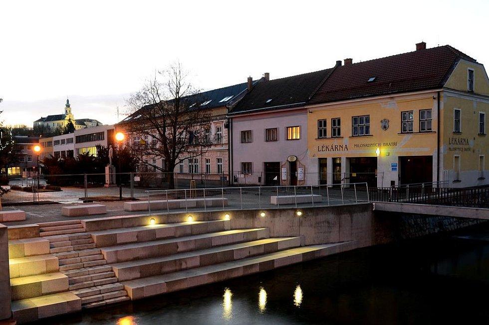 Nové nábřeží u řeky Svitavy v centru Letovic.