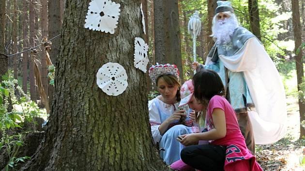 Pohádková výprava dětí v lesích nad Svatou Kateřinou.