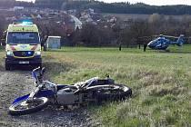 Na polní cestě ve Valchově boural mladý motorkář. Vrtulník ho ve vážném stavu transportoval do brněnské nemocnice.