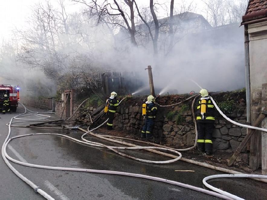 V hořící kůlně našli dvacetikilovou plynovou lahev. Zlikvidovali ji odstřelovači