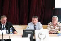 Mimořádné zastupitelstvo v Letovicích. Zleva: starosta Vladimír Stejskal (OSD), odcházející místostarosta Radek Procházka (Občanská iniciativa), nový místostarosta Jiří Palbuchta (ČSSD).