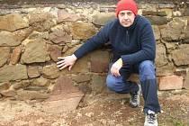 Křížový kámen v Manerově se nachází u kapličky na tamní návsi. Z kamene se dochovala jen dolní část, na které je reliéf nohy kříže.