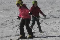 Školy pořádají čím dál častěji lyžařský výcvik i na prvním stupni. Také díky tomu, že je v blízkosti skiareál se zasněženým svahem, i když okolní kopce zůstavají hnědé.