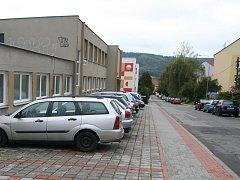 Blanenští mají léta problém zaparkovat v ulici Údolní. Příští rok tam dělníci odstraní jeden z chodníků a udělají šikmá stání.