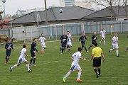 Fotbalisté divizních Tasovic (v bílém) v neděli poprvé na jaře prohráli. Nestačili na Blansko 1:2.