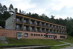 Hotel a restaurace Riviera u rybníku Olšovec v Jedovnicích zatím majitele nezmění. Oznámená aukce, která se měla uskutečnit včera, byla na poslední chvíli zrušená.