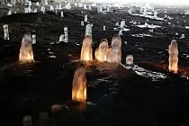 Ledové krápníky v jeskyni Pekárna v Moravském krasu.