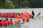 Vody přehrady Křetínky rozčeřily dračí lodě. Osmnáctičlenné posádky zdolávaly s pádly v rukou trasy v délce dvě stě metrů či jeden kilometr. Sportovce hecovali lehouncí bubeníci a bubenice na přídi, tu zdobila také hlava draka.