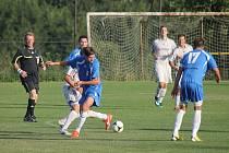 Fotbalisté Blanska (v modrém) nestačili v přípravě na divizní Mohelnici a prohráli 0:2.