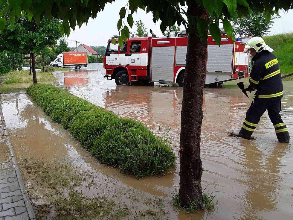 Přívalový déšť zaplavil v Bořitově na Blanensku některé silnice i dům. Zasahovali dobrovolní i profesionální hasiči.