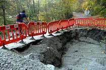 Silnice z Adamova do Bílovic nad Svitavou je uzavřená. Kvůli poškozenému potrubí Březovského vodovodu.