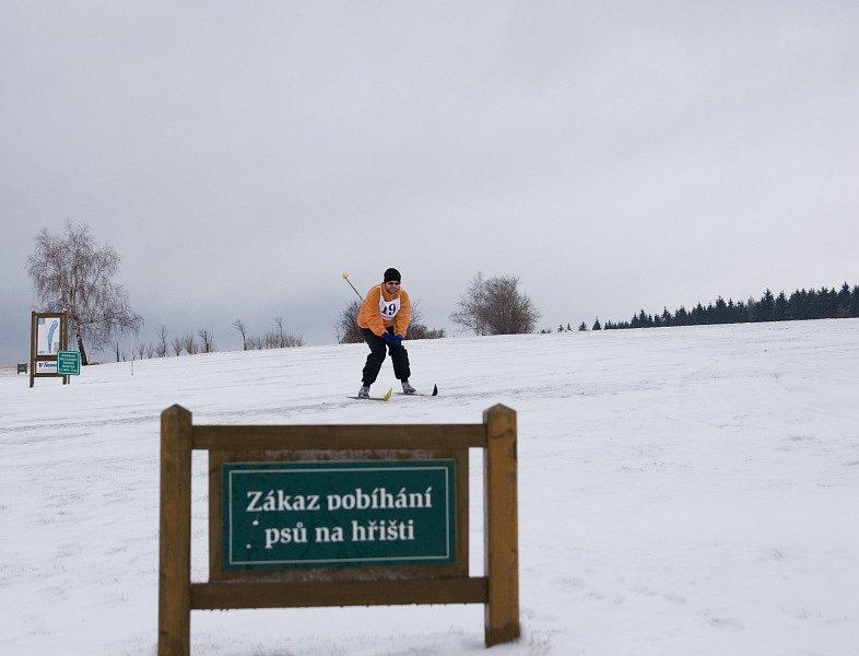 Dva roky čekali pořadatelé běžeckého závodu Kořenecká lyže na sníh. Ten sice letos napadl, ale déšť a obleva si se stopou zle pohrály.