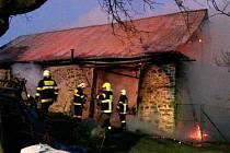 Požár stodoly v Ústupu. Hasiči vyhlásili druhý stupeň požárního poplachu.