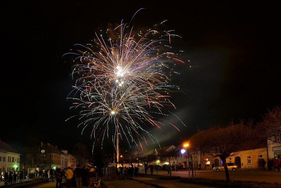 Silvestrovský ohňostroj na Masarykově náměstí v Letovicích.