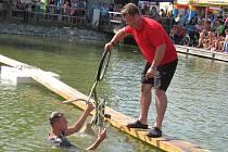 Zbluňk do vody. V neděli zkoušeli své štěstí soutěžící na Drnovické lávce.