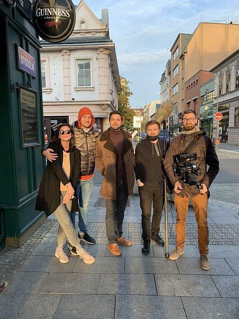 Režisér Tadeáš Daněk zBlanska (na snímku druhý zleva) se vdokumentárních snímcích věnuje itématům, která jsou obrazem dnešní doby.