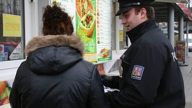 Policisté na Blanensku varují u supermarketů nakupující před kapsáři.