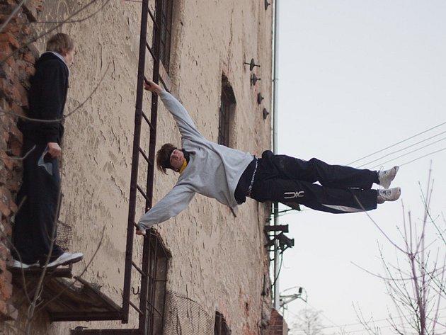 Dělají salta, skáčou ze střech, freerunning si zamilovali.