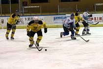 Hokejisté Dynamiters Blansko B (v bílém) porazili v 16. kole okresního přeboru Lysice 4:0.