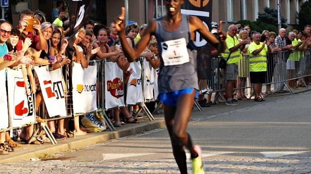 Keňan Silas Mwetich probíhá jako první cílem Půlmaratonu Moravským krasem.