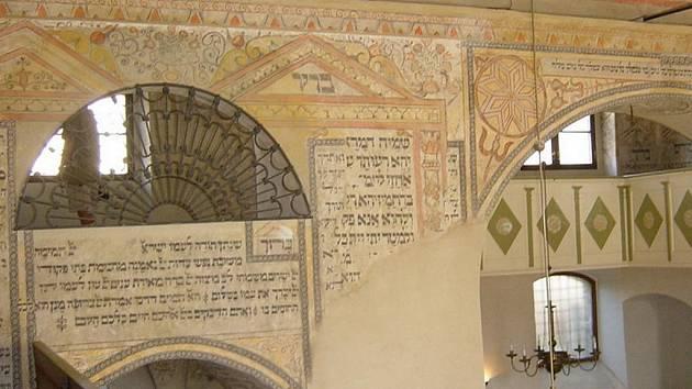 Interiér boskovické synagogy.