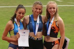 Veronika Jakusidisová (na snímku uprostřed) z ASK Blansko se stala pro letošní rok nejlepší vícebojařkou mezi žákyněmi.