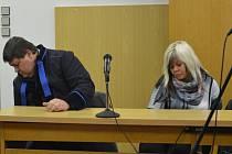 Majitelka zkrachovalé cestovní kanceláře Majestic Travel Zuzana Pálová (vpravo) u soudu. Ilustrační foto.