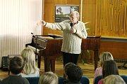 Jaroslav Uhlíř zpíval s dětmi v Adamově.