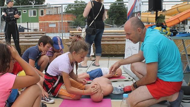 Co dělat, když se někdo topí? Jak správně poskytnout první pomoc? Jak řešit další krizové situace u vody? Nejen to se ve středu dozvěděly a na vlastní kůži vyzkoušely děti v blanenském akvaparku.