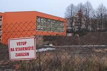 V areálu boskovické základní školy mají už dva roky stavební jámu, kterou dělníci připravili pro základy nové sportovní haly. Místo ní by zde měla vzniknout přístavba školy s dílnami, cvičnou kuchyní nebo zázemím pro volnočasové aktivity.