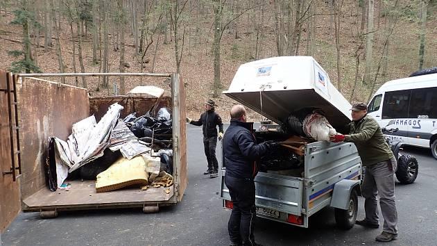 Odpadky sbíraly v krasu stovky lidí. Zaplnily čtyři kontejnery.