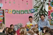 Fotbalista Ondřej Paděra četl dětem na ZŠ Slovákova.