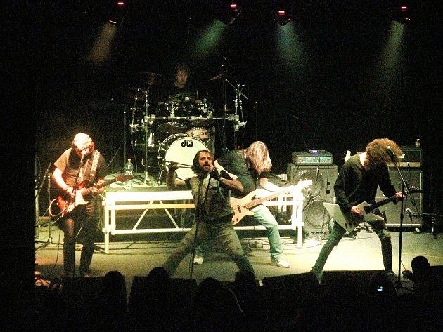 CITRON V DĚLŇÁKU. Fanoušci řízné muziky měli v pátek v Blansku jedinečnou možnost poslechnout si legendu domácího hard rocku a heavy metalu. V Dělnickém domě totiž vystoupila kapela Citron.