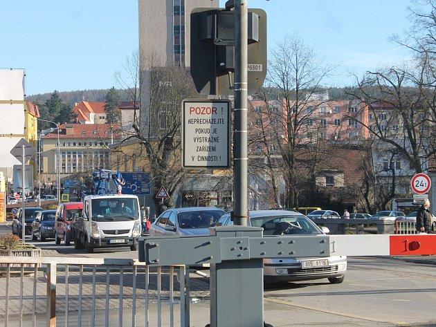 Vlaky jezdí v odpolední špičce ze zastávky Blansko-město každých patnáct minut. Závory na přejezdu jsou tak častěji dole a u nedalekého kruhového objezdu se několikrát denně tvoří kolony.