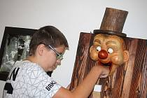 Brněnský řezbář Antonín Maloň vystavuje v Galerii města Blanska loutky a hračky ze dřeva. Zájemci si s nimi mohou i pohrát.