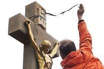 Opravený kříž v Mladkově.