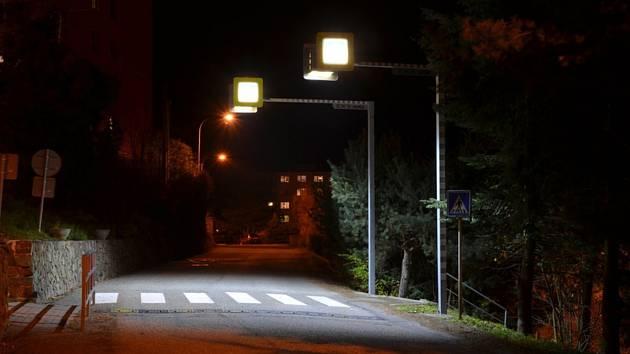 U školy v Adamově je osvětlený přechod.