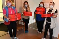 Senioři si pochutnali na čerstvé pizze, kterou jim donesly pečovatelky. Pochoutku starým lidem připravila zdarma tamní firma Pizzazz.