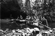 Návštěvníci na člunu ve vývěru Punkvy po zpřístupnění plavby veřejnosti v roce 1921.