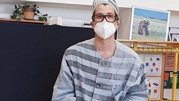 Daniel Dvořák z Blanska se podle svých slov u voleb snažil v kostýmu trestance co nejvíce napodobit současného premiéra Andreje Babiše. Toho by rád viděl kvůli jeho kauzám za mřížemi.