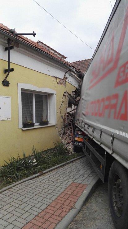 K dopravní nehodě nákladního vozu, který narazil do domu, došlo v Blansku v úterý kolem jedenácté hodiny dopolední.