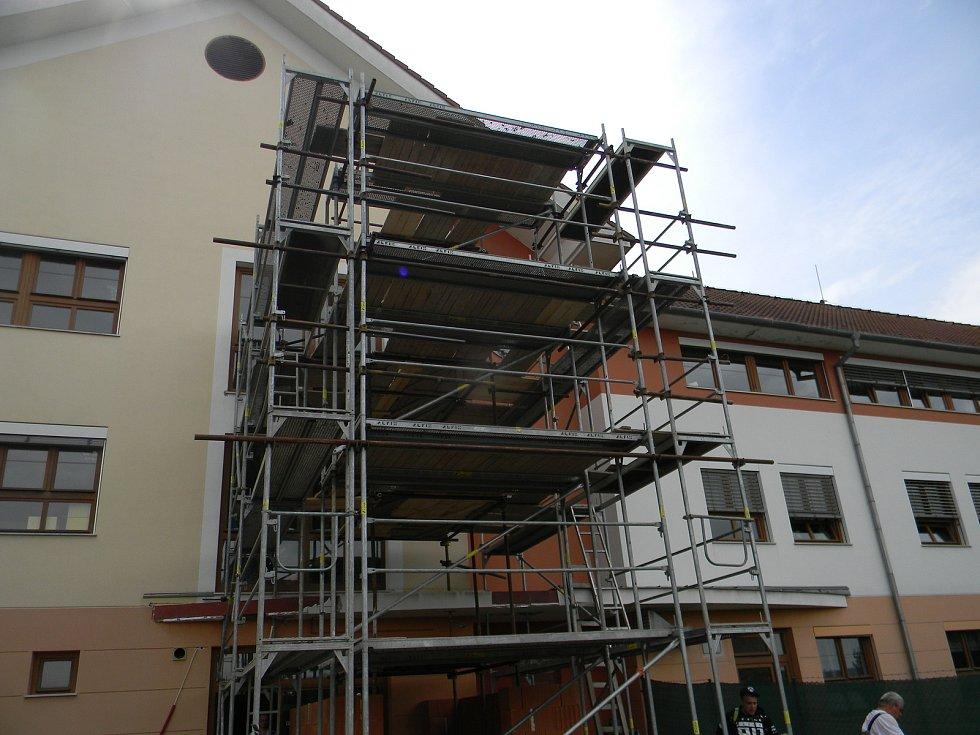V Opatovickém Paprsku z krajských dotací postavili výtah. Zdravotně postiženým pomůže do třetího patra.