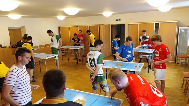 Boskovičtí stolní hokejisté při zápasech.