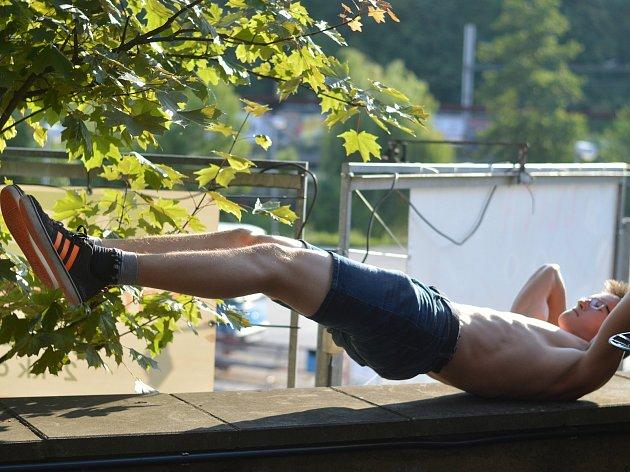 Sedmnáctiletý Martin Matuška zBlanska se věnuje workoutu. Spřáteli založil komunitu No Gravity.