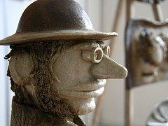 Dáma v okně. Lesní žínka. Střapatá. Prostory blanenské Galerie Jonáš zaplnila prodejní výstava keramiky Jana Vichty. Ta bude otevřená až do konce března.