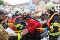 Na Masarykově náměstí v Boskovicích se hasiči utkali v krajské soutěži ve vyprošťování zraněných osob z havarovaných aut.