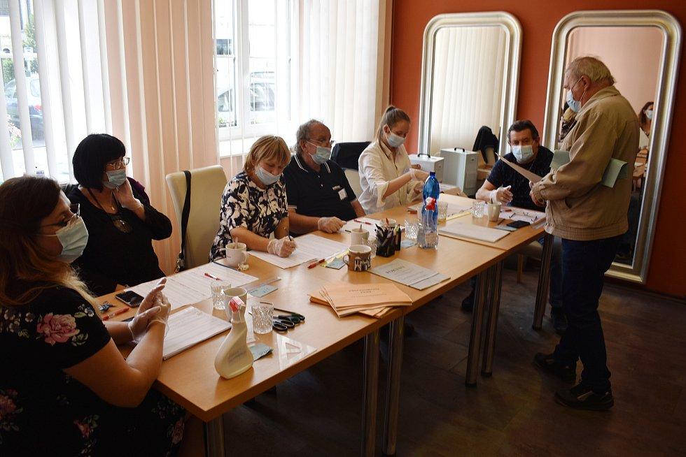 Krajské volby ve volební místnosti ve Křtinách.